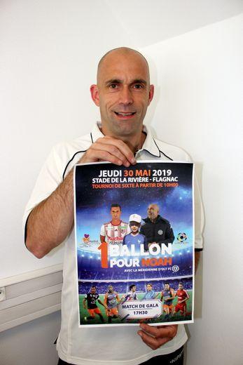 Christophe Warluzel, alias  « Le Ch'ti », avec l'affiche de la manifestation.