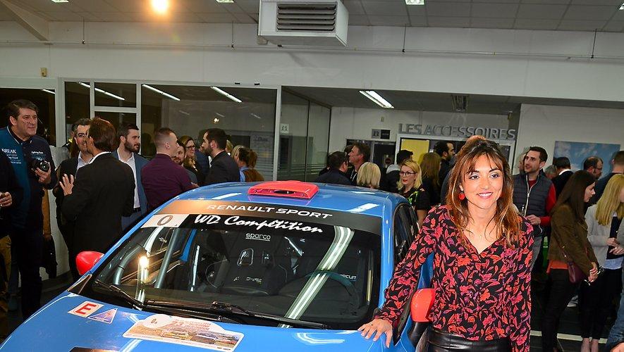 Charlotte Berton avec la voiture au volant de laquelle on la voit le plus souvent, une Clio RS R3T.