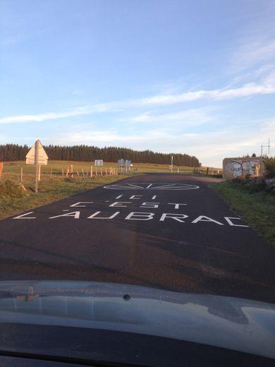 """""""Ici c'est l'Aubrac"""", une inscription sur la route qui en dit long sur l'afflux touristique."""