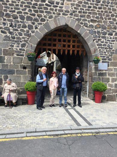 Nadine et Bernard Billaud entouré du maire et de l'adjoint et immortalisé devant la tour de Monaco, cela va de soit !