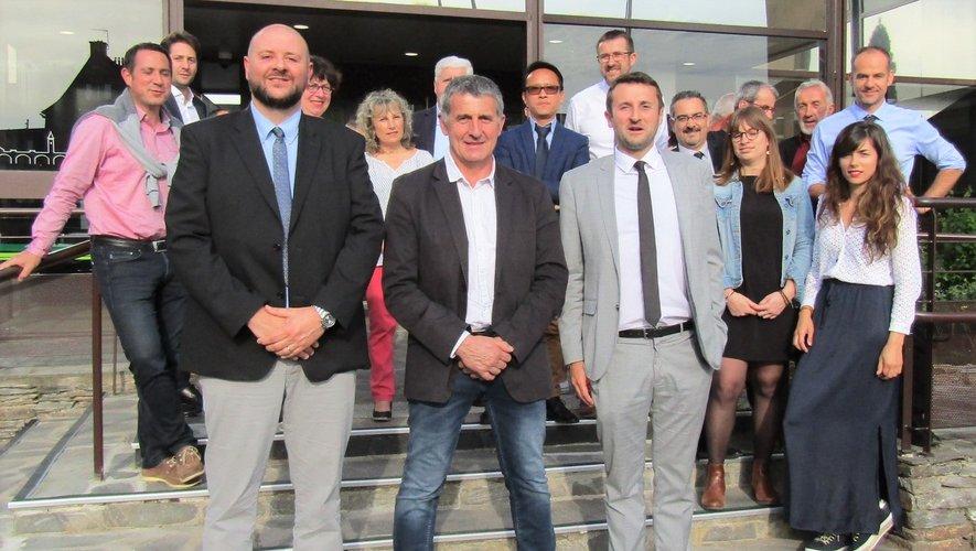 Benjamin Bonnet, Jacques Couderc et Cyril Gibergues sur les marches de l'agence locale.