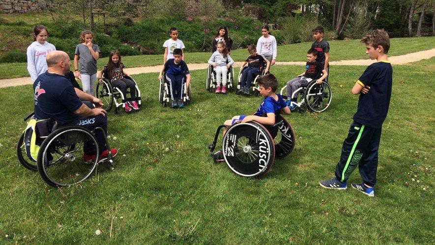 Les élèves ont été sensibilisés aux différents handicaps et mis en situation afin de se rendre compte des difficultés que cela représente au quotidien.
