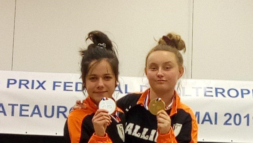 Léa et Océane arborent fièrement leur médaille.