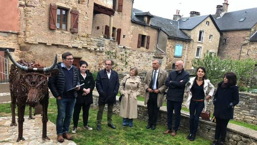 Les élus et le président de l'Eau et la Pierre autour de la sculpture de M. Debru.