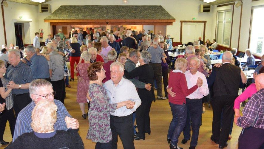 De nombreux danseurs étaient le 8 mai sur la piste de danse.