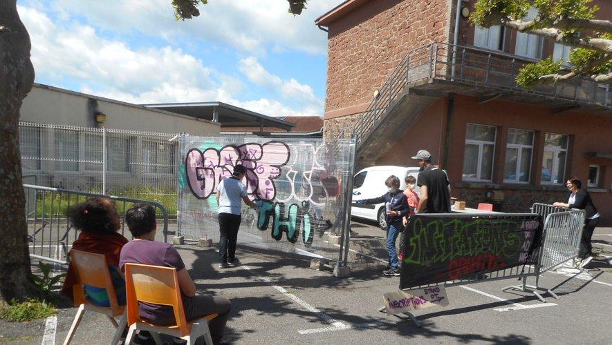 Le stand graffiti attire de nombreux enfants.