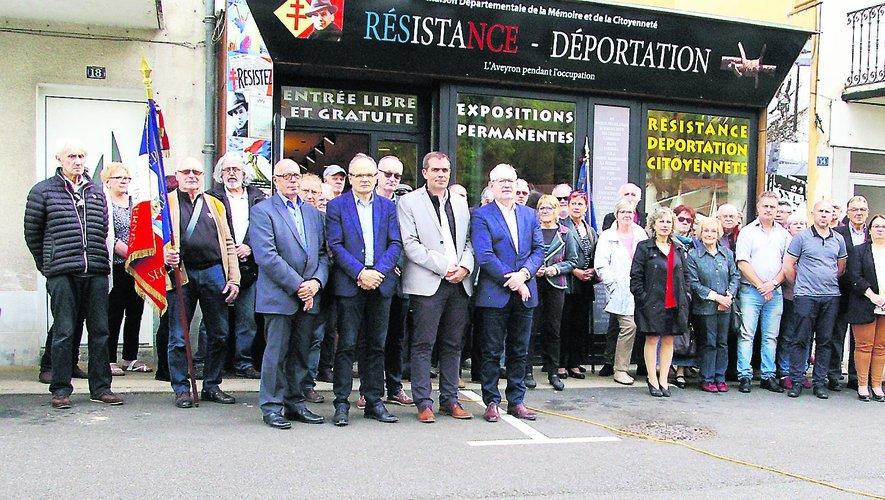 Tous les participants à cette commémoration du 27 mai, devant la Maison de al mémoire d'Aubin.