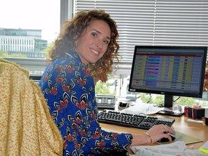 Dans son bureau, le n°12 (!), au 4e étage du bâtiment de France Télévisions, avec vue sur la Seine, Marie-Sophie Lacarrau prépare le journal télévisé de 13 heures de France 2, dont elle est aux commandes, depuis trois ans, en semaine. Arrivée dès 7 heures du matin, la Villefranchoise, âgée de 43 ans, ne quitte pas les locaux avant 17 heures.