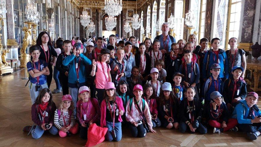 Les élèves de CE-CM de l'école de Souyri à Versailles dans la Galerie des Glaces.