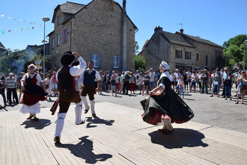 Les  habitants du village jouent le jeu pour le plus grand plaisir des visiteurs