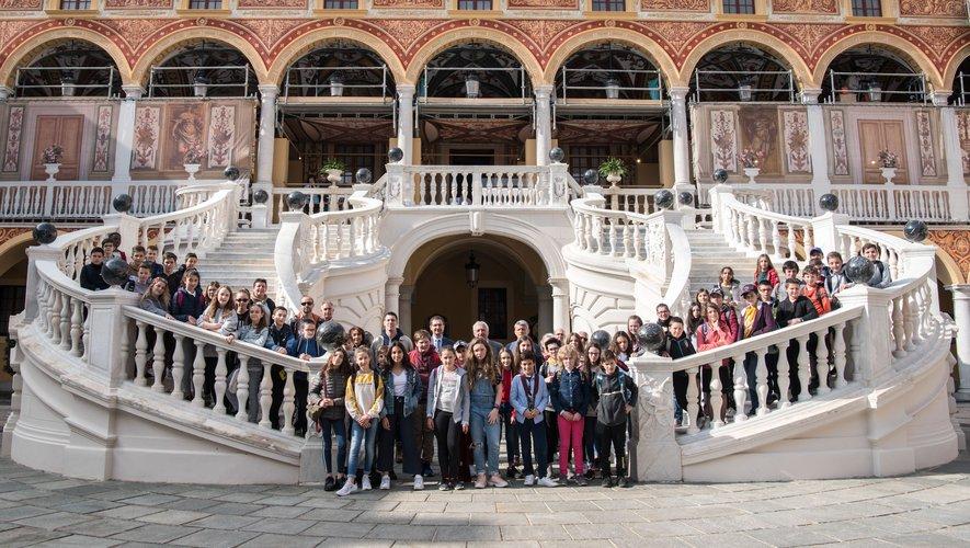 Les collégiens du Carladez ont eu droit à une visite privée du palais et de certains endroits qui ne sont pas ouverts au public par le Chambellan et l'archiviste du palais.