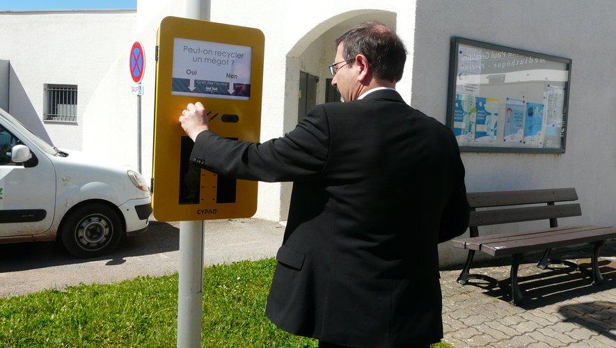 Jean-Philippe Keroslian essayant le nouveau cendrier.