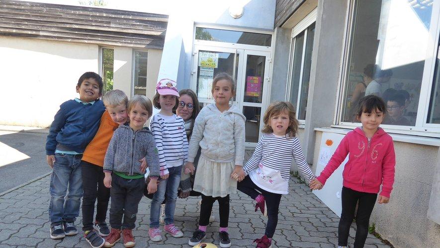 Clément, Johan, Yanis, Lila, Maria, Maeven et Sarah encadrés par l'animatrice Victoria.