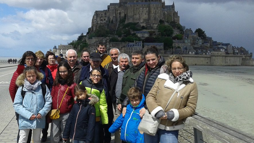 Photo souvenir pour le groupe du  comité d'animation devant le mont Saint-Michel.