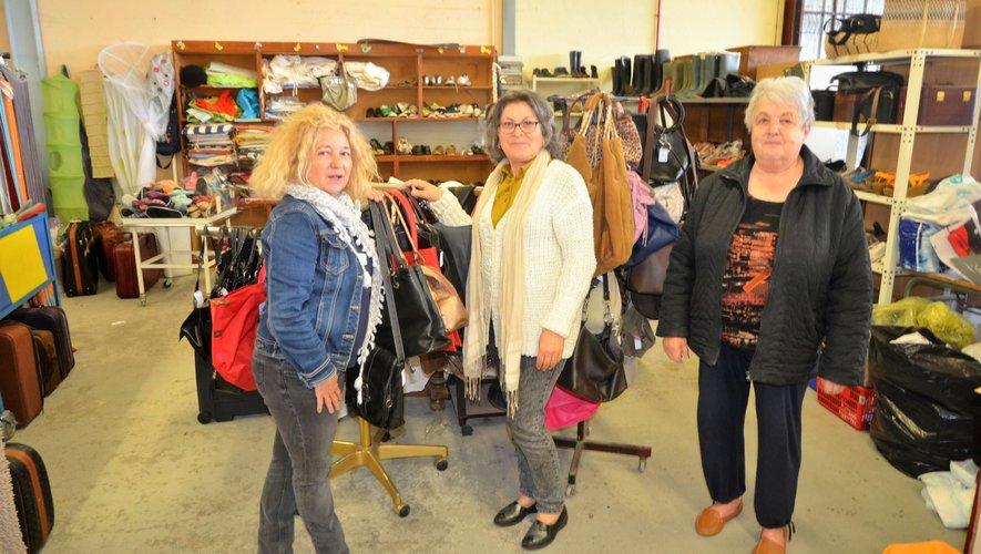 Véronique, responsable, Gayané et Geneviève au rayon maroquinerie, qui proposera de nombreux produits neufs pour la grande vente du 15 juin.