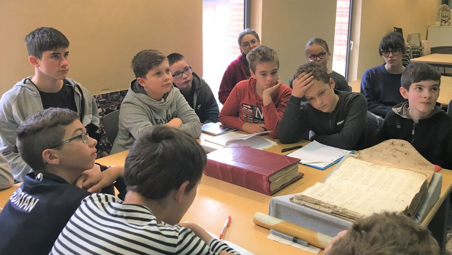 Manuscrit et enluminure : les élèves, par petits groupes, écoutent attentivement les consignes.