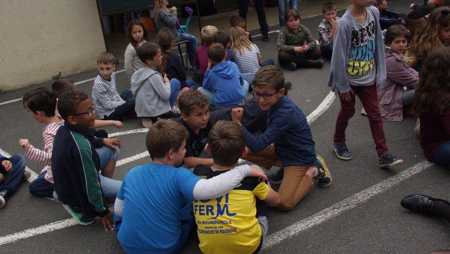Les écoliers très attentifs aux consignes visant « à éveiller les esprits »./Photo DDM.