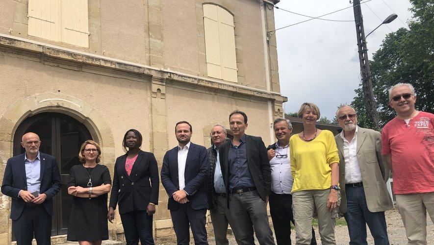 Les élus, les responsables du collectif Railcoop et la commissaire du Comité de Massif devant la gare de Cransac.