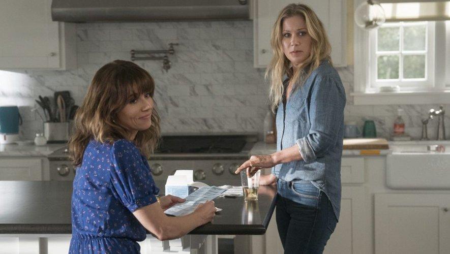 """Christina Applegate (à droite) et Linda Cardellini (à gauche) tiennent les rôles principaux de cette comédie noire """"Dead to Me"""", dont la première saison est toujours disponible sur Netflix."""