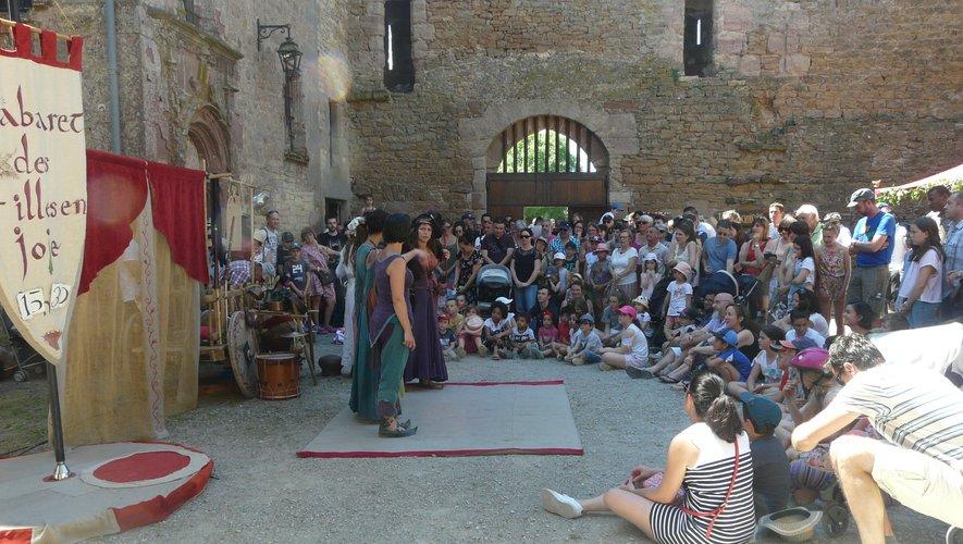 Le spectacle du Cabaret des filles de joie a rassemblé un nombreux public.