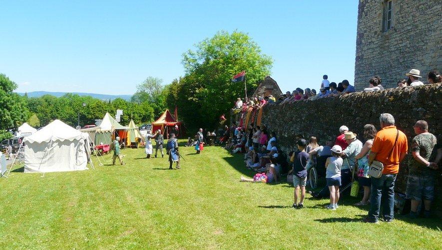 Les combats d'époque ont attiré le public autour du château.