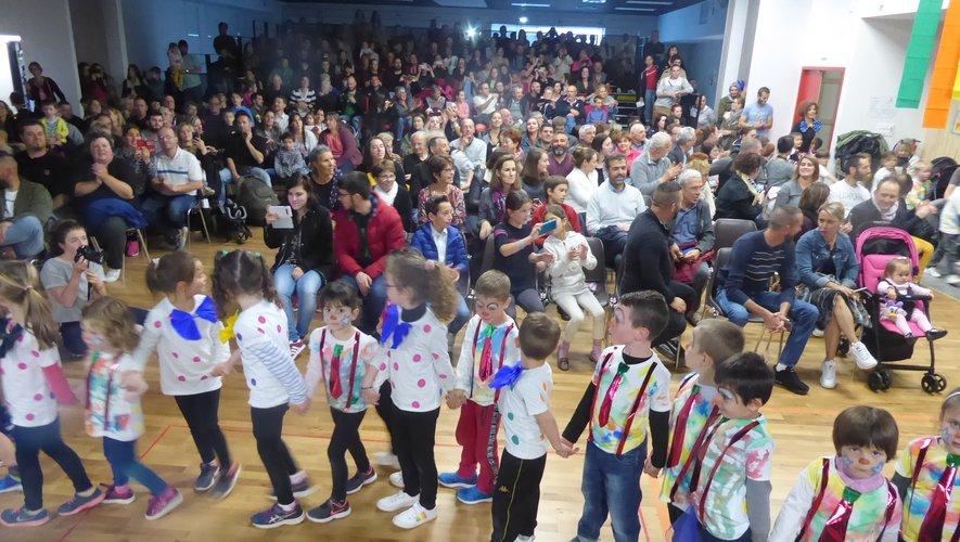 Les enfants ont défilé devant leurs parents avant de présenter leur spectacle.