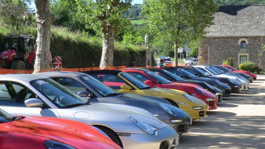 Les passants ont pu découvrir de bien belles voitures sur le Foirail d'Estaing.