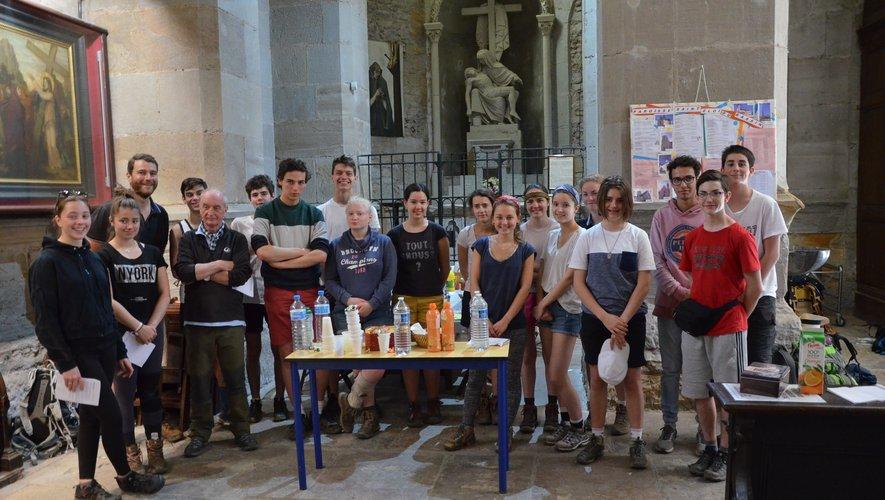 Au nombre de la cinquantaine de pèlerins de ce 29 mai, ce groupe de jeunes Clermontois encadrés par des adultes poursuivait sa marche vers Livinhac.