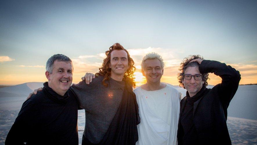"""(De gauche à droite) Douglas Mackinnon se tient à côté de David Tennant, Michael Sheen et Neil Gaiman lors du tournage de """"Good Omens"""" pour Amazon Prime Video et la BBC."""