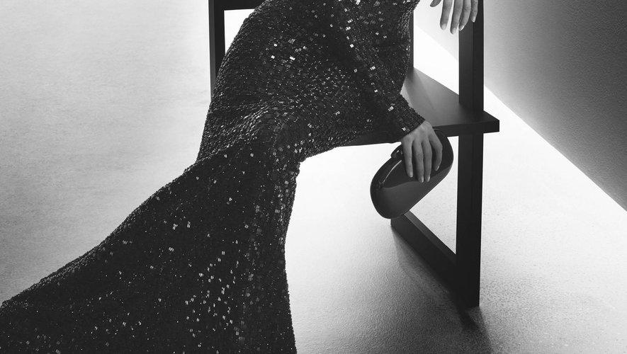 Kate Moss incarne un style élégant et minimaliste, signature de Giorgio Armani.