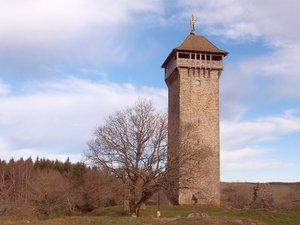 La Tour de Peyrebrune s'élève altière et offre un panorama magnifiqueà 360° sur les paysages alentour.