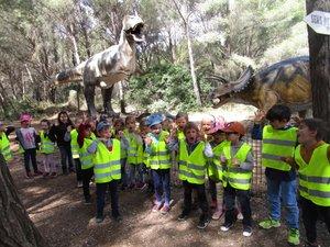 Les enfants au parc des dinosaures.