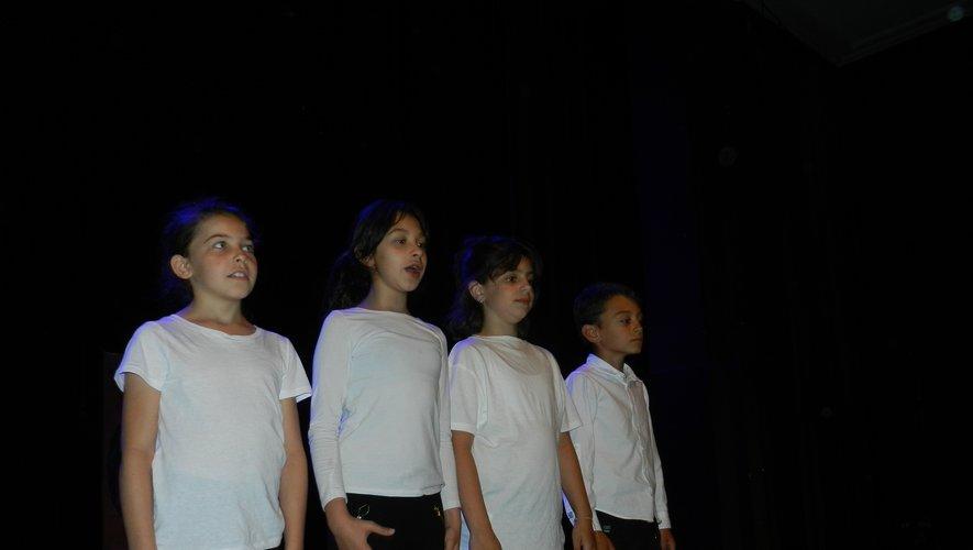 Les enfants de l'école élémentaire Robert-Fabre ont joué sur la scène du théâtre, devant un nombreux public,un spectacle présenté par leur directrice.