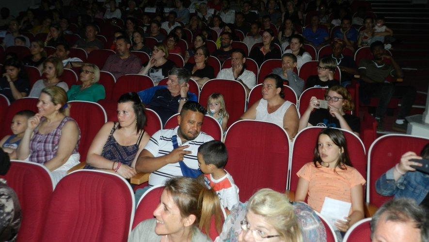 Les écoliers de Robert-Fabre  sur la scène du théâtre