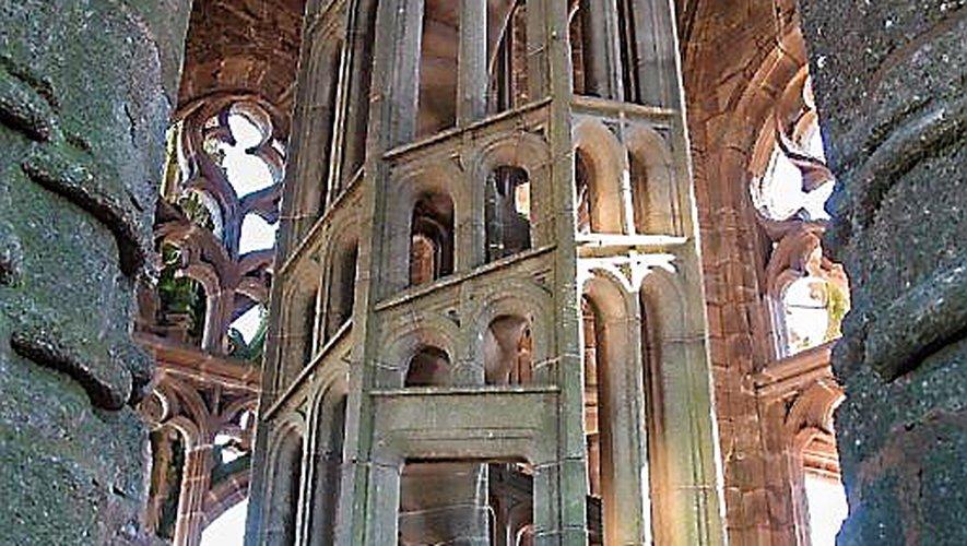 La cage d'escalier ajourée du dernier niveau, « dont la vis d'une légèreté aérienne, s'appuie aux minces colonnes d'une cage qui paraît bâtie d'ombre et de lumière » .
