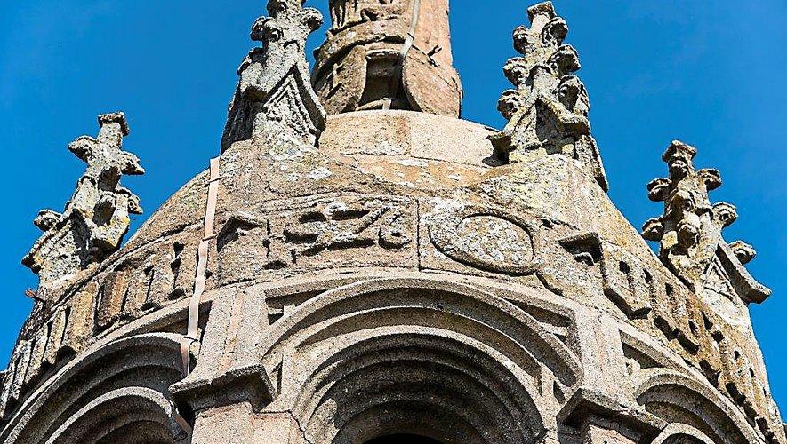 Les derniers mots de Jésus sur la Croix, sont gravés au pied de la Vierge, à la demande de François d'Estaing, offrant à Notre-Dame de Rodez et aux hommes l'aboutissement de leur ouvrage de Foi et de pierres : Consummatum est.