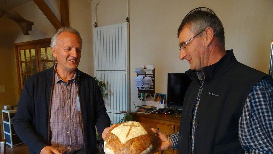 Remise d'un gros pain à un habitant de Planèzes, organisateur du millésime 2020.