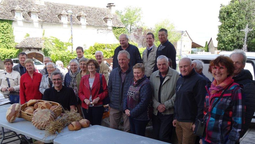 Les habitants de La Boissonnade, organisateurs de la distribution des pains bénits, réunis sur le parvis de l'église.
