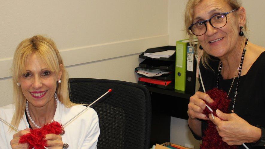 Corinne Carrey, responsable du CCAS, et Marie-Hélène Murat, vice-présidente, organisent des séances de tricotage pour animer et embellir la ville.
