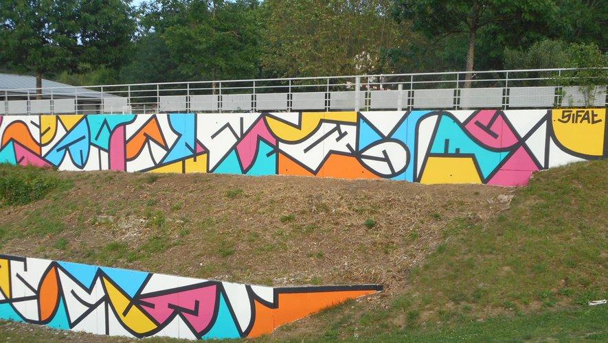 L'oeuvre de Sifat, imprégnée de calligraphie, sur le mur de soutènement de l'ancienne EDF à Fontvergnes.