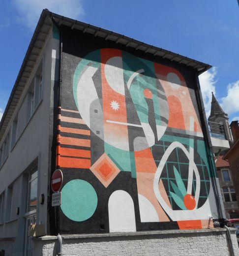 L'oeuvre d'Alber aux courbes précises est visible sur le bâtiment des ateliers municipaux, à Trépalou.
