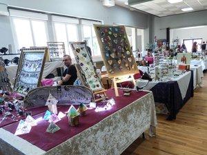 Le marché d'art et de loisirs créatifs mis en valeur dans la nouvellesalle des fêtes.