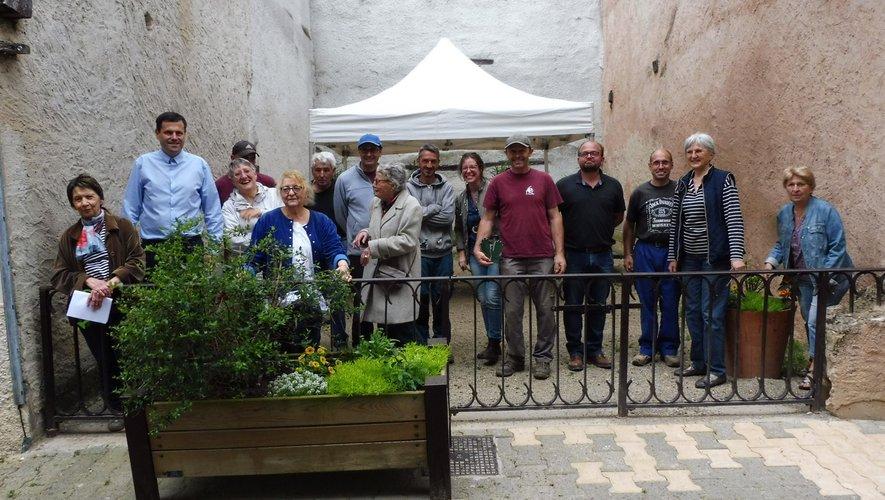 Les participants devant une jardinière rue du Plô.