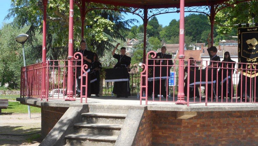 Les Tambours et les Bombos ont joué des airs sur le kiosque du jardin public.