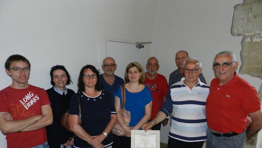 Le diplôme d'encouragement du dévouement et du bénévolat remis par Michel Eugène (à droite) à Alain Darres et ses employés.