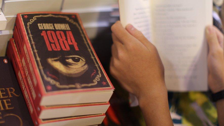 """Écrit en 1948 --d'où son titre inversant les deux chiffres de la décennie-- et publié le 8 juin 1949, """"1984"""" décrit un futur où le Parti règne dans un pays totalitaire sous l'oeil inquisiteur de """"Big Brother"""""""