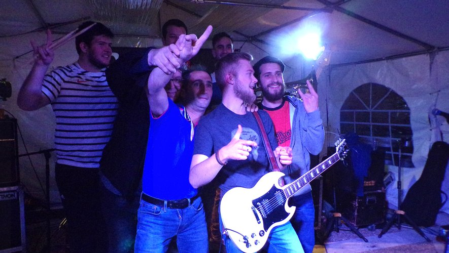 Jean Rubanne (en bleu) entourédu groupe « Sors tes couverts ».