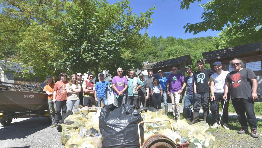 Une partie des bénévoles à la journée citoyenne nettoyage du lac de Castelnau-Lassouts-Lous.