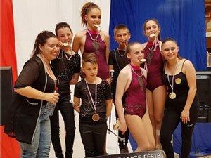 Encadrée par Tyna Issad et Émilie Delbosc, les entraîneurs, l'équipe croque cette médaille d'argent.