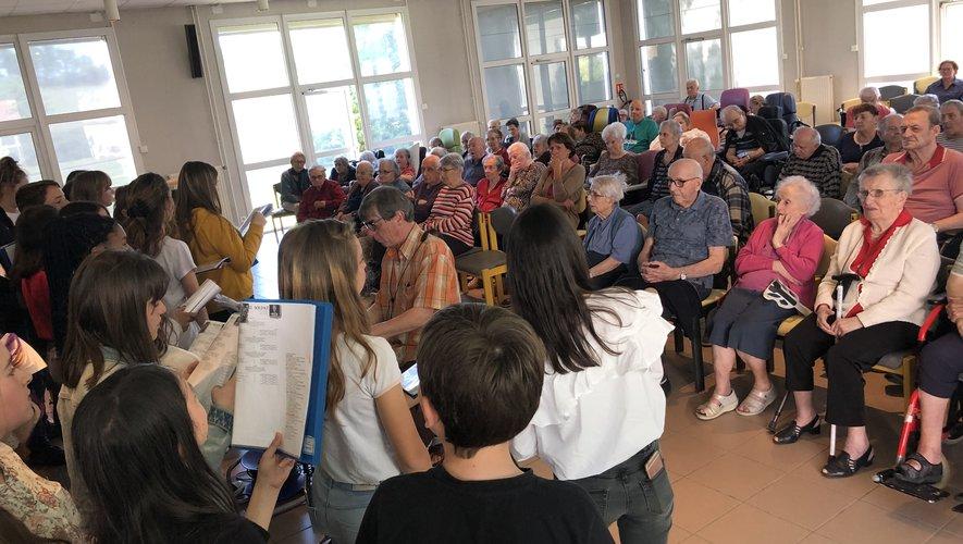 Les choristes face aux résidants de l'Ehpad de Rulhe.